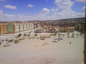 محطة سيارات الأجرة على الضفة الغربية لمدينة المرجة