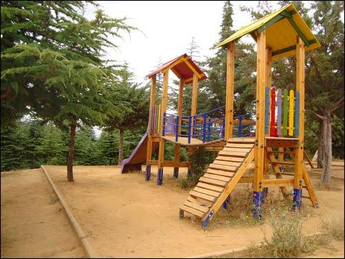 espace de jeux pour enfants dans la petite for t de benchicao m d a. Black Bedroom Furniture Sets. Home Design Ideas