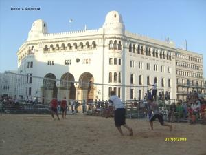 ملعب الكرة الطائرة على الشاطئ المقابل لمركز بريد الجزائر العاصمة
