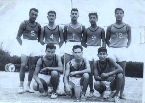 صورة قديمة لفريق الكرة الطائرة لمدينة غليزان (1955 ـ 1956)