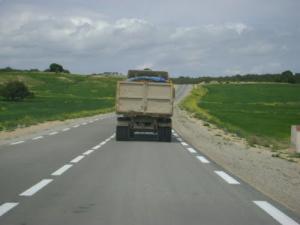 Autoroute traversant les champs agricoles dans la périphérie de Souk Ahras