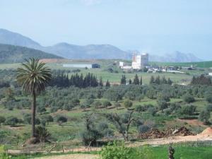 صورة لمصنع الجبس انطلاقا من بلدية عين بطمة